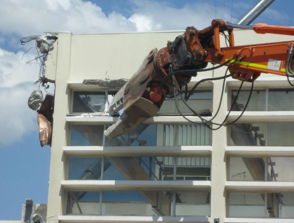 2018-10-09 Fremantle civic centre demolition jaws.JPG